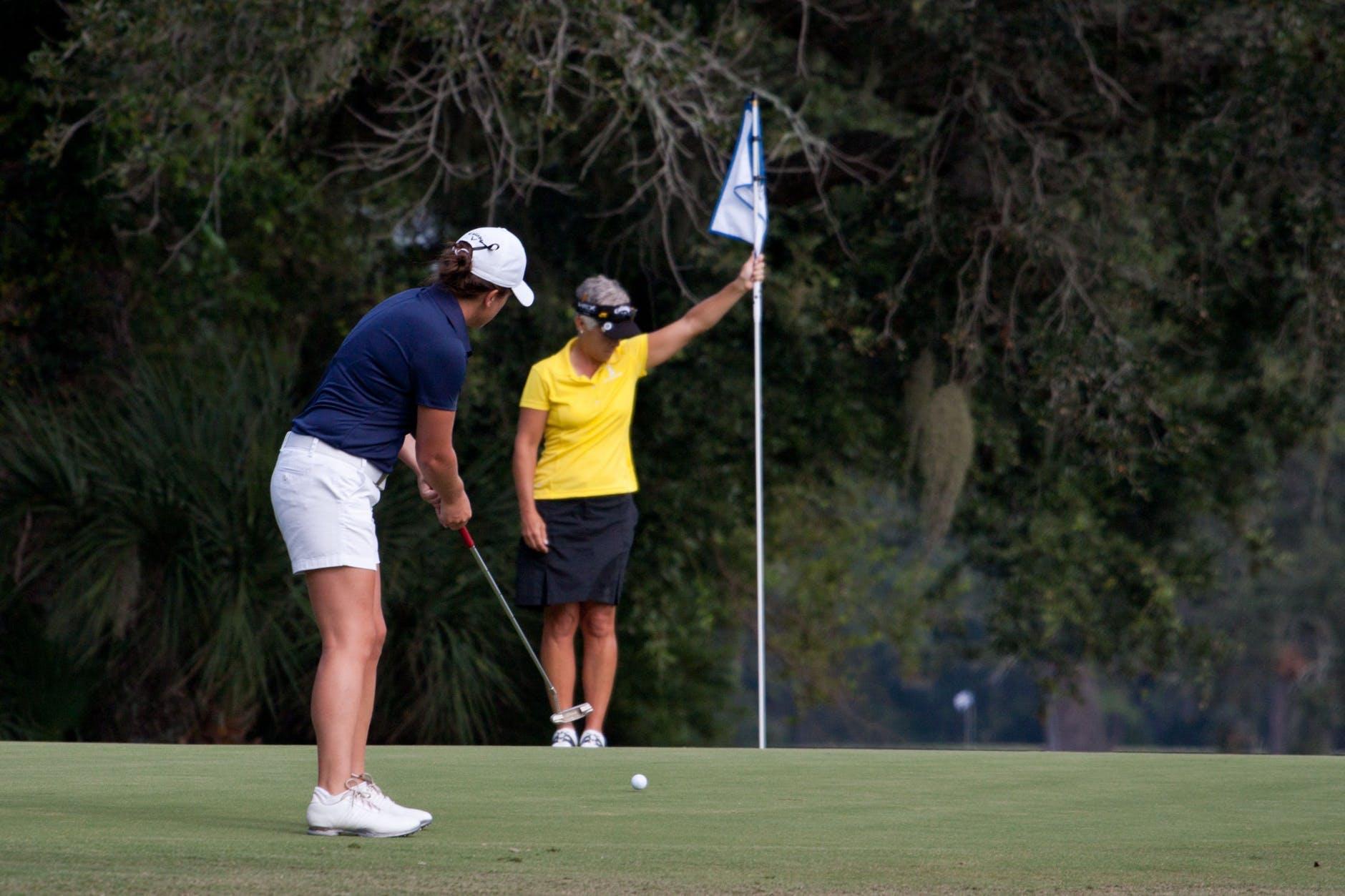 Damer som golfar